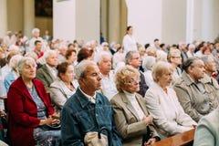 lithuania vilnius Folkförsamlingsboer ber i domkyrkabasilika Arkivfoton