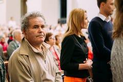 lithuania vilnius Folkförsamlingsboer ber i domkyrkan Basili Arkivbild