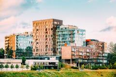 lithuania vilnius Modern flernivå-lägenhetskomplex i skandinaviskt arkitektoniskt Royaltyfri Bild