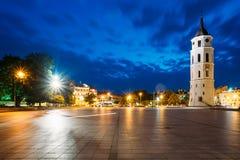 lithuania vilnius Natt- eller aftonsikt av det Klocka tornet nära domkyrka arkivfoton