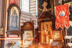 lithuania vilnius Stäng vänstra sidan av iconostasisen i Christian Orthodox Church Of Saint Nicholas Royaltyfri Fotografi