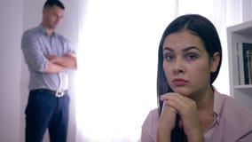 Litigio della famiglia, coppie sposate che hanno problemi nelle relazioni dopo una discussione su fondo unfocused in luminoso video d archivio