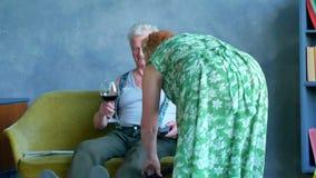 Litigio senior delle coppie Il vino bevente del marito, la sua moglie pulisce la casa e lo rimprovera archivi video