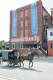 LITITZ, PA - 8月30日:通过著名的Wilbur Chocolate Company的门诺派中的严紧派的车水马龙的骑马在路线501总部设 免版税库存图片