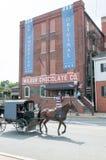 LITITZ PA - AUGUSTI 30: Den Amish häst- och barnvagnridningen förbi den berömda Wilbur Chocolate Company förlägger högkvarter på  Royaltyfri Bild