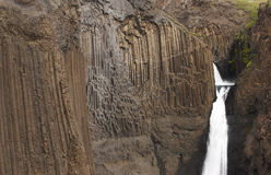 Litlanesfoss瀑布和玄武岩岩石在冰岛 免版税库存图片