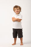 Litle Junge, der mit seinen Armen gekreuzt steht stockfoto