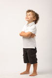Litle Junge, der mit seinen Armen gekreuzt steht Stockbilder