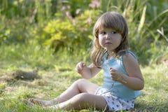 Litle scared a menina no prado Fotografia de Stock