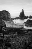 Litlle łódź w Arrecife De Las Sirenas, piękna rafa w linii brzegowej Almeria Obraz Stock