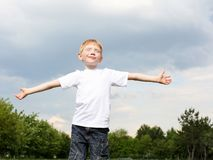 Litlle pojke utomhus royaltyfri fotografi