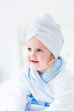 Litlte dziewczyna w ręczniku i bathrobe Fotografia Royalty Free