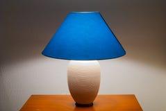 Litnachttischlampe über nightstand Stockfotografie