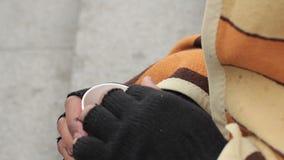 Litościwa osoba daje pieniądze biedna bezdomna smutna samiec, ubóstwo i niedola, zdjęcie wideo