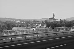 Litomerice, Τσεχία - 19 Μαΐου 2018: ιστορικά κτήρια στο κέντρο της πόλης Litomerice με το άσπρο σκάφος στο λιμένα στο ευρωπαϊκό Λ στοκ φωτογραφίες