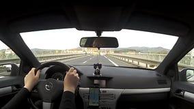 Litomerice, República Checa - 14 de abril de 2017: conduciendo sobre Tyrsuv la mayoría del puente después de la reconstrucción en metrajes