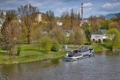 Litomerice Tjeckien - April 14, 2017: det vita Porta Bohemica skeppet förtöjde på floden Elbe i den vårLitomerice staden i tjeckt Arkivbilder