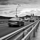 Litomerice Tjeckien - Augusti 12, 2017: körning av bilar på den Tyrs bron över den europeiska floden Elbe efter en färdig rekonst Arkivfoto