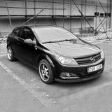 Litomerice, Tschechische Republik - 12. August 2017: schwarzes Auto Opel Astra H stehen Gebäude des neuen Speichers im Einkaufspa Lizenzfreie Stockfotos
