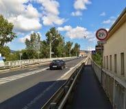 Litomerice, Tsjechische republiek - 12 augustus, 2012: weg aan Tyrsuv de meeste brug over rivierelbe berofe totale wederopbouw in Stock Afbeelding