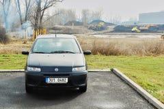 Litomerice, Ustecky kraj, Tsjechische republiek: 14 april, 2013: zwarte auto Fiat Punto die zich dichtbij de bouw van de galerij  Royalty-vrije Stock Fotografie