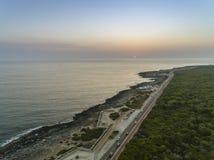 Litoral aéreo do seascape do por do sol perto de Cascais, Portugal foto de stock
