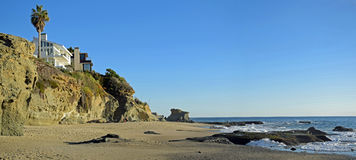 Litoral ao sul da praia no Laguna Beach, CA de Aliso foto de stock royalty free
