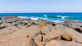 Litoral azul das águas do oceano dos grandes pedregulhos da praia fotos de stock