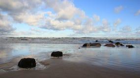 Litoral Báltico com a onda do mar com Dky nebuloso imagens de stock