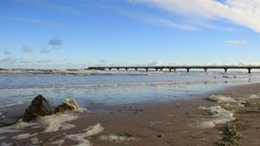 Litoral Báltico com onda do mar e ponte longa com espuma imagem de stock