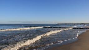 Litoral Báltico com quebra da onda e areia de Brown fotografia de stock