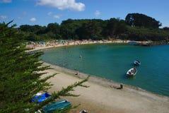 Litoral, beira-mar e praia das monges auxiliares da ilha em Brittany no Morbihan La France imagem de stock