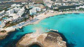 Litoral bonito de Chipre, mar Mediterrâneo da cor de turquesa Casas na cidade mediterrânea do turista da costa Nissi video estoque