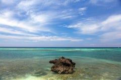 Litoral bonito, opinião de turquesa do mar com pedra Imagem de Stock Royalty Free