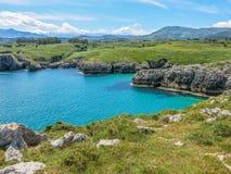 Litoral cênico em Cabo de março, entre Llanes e Ribadesella, as Astúrias, Espanha do norte Imagens de Stock Royalty Free