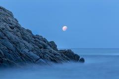 Litoral com rochas, imagem longa da exposição de Costa Brava, Spai fotos de stock