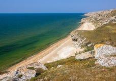 Litoral com Sandy Beach e rochas imagens de stock royalty free