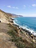 Litoral com vista para o mar e montanhas em Malibu Califórnia EUA imagens de stock royalty free