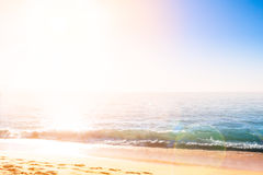 Litoral da areia contra o sol imagem de stock
