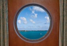 Litoral de Bermuda visto através de uma vigia do navio fotografia de stock