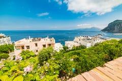 Litoral de Capri sob um céu nebuloso imagens de stock