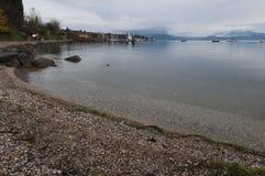 Litoral de Garda do lago e o porto em Moniga del Garda durante Fotos de Stock Royalty Free