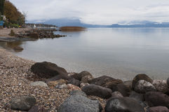 Litoral de Garda do lago e o porto em Moniga del Garda durante Imagem de Stock Royalty Free