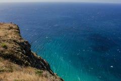 Litoral de Madeira com os penhascos altos ao longo do Oceano Atlântico Céu azul imagem de stock royalty free
