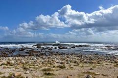 Litoral de Oceano Atlântico pelo cabo da boa esperança Respingo da onda das rochas imagens de stock