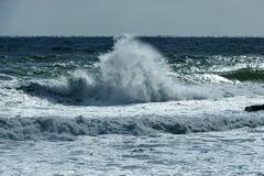 Litoral de Oceano Atlântico pelo cabo da boa esperança Respingo da onda das rochas fotografia de stock