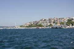 Litoral de Uskudar Bosphorus com ponte de Bosphorus Imagem de Stock Royalty Free