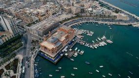 Litoral do mar dos barcos e dos iate do porto de Bari Apulia City na imagem do zangão de Itália imagem de stock royalty free
