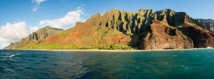 Litoral do Na Pali tomado do cruzeiro do por do sol ao longo da costa de Kauai fotos de stock royalty free