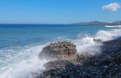 Litoral do Oceano Índico perto da ilha de Bali Ondas grandes que batem a praia rochoso e que atacam os pulverizadores de água roc fotos de stock